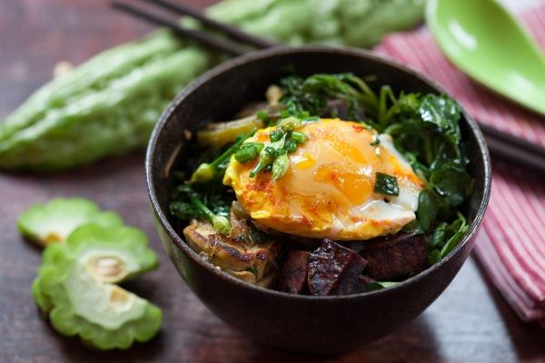Sauté d'Okinawa avec melon amer, patates douces et curcuma ...